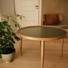 Flot Sofabord - Halland - grå og i massiv røget eg. Størrelse 50x80 cm. Kun brugt i få måneder og købt i Ilva til 2999 kr. Stadig høj aktuel i forretningen. Kun til afhentning.