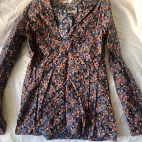 Fin vintage bluse i liberty print. Der står m, men den vil passe en s. Pris 165 pp
