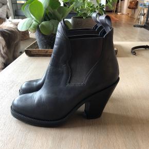 Sælger disse lækre ACNE støvler i det lækreste læder. De er ALDRIG brugt, kun prøver på inden for og har ellers stået og samlet støv siden.   Nyprisen var Ca 2500, kvittering haves ikke længere.