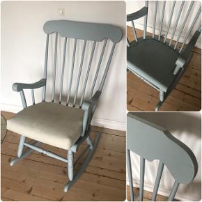 Skøn gammel gyngestol med hynde ❤️❤️❤️ Har let patina, samt reparation under sædet men stabil og fuld funktionsdygtig 😉👌🏻✨✨ Pris 800,- kr.