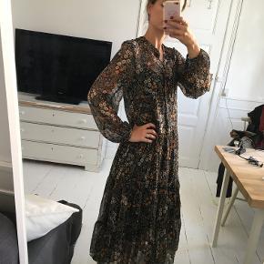 Fineste gennemsigtige kjole med blomsterprint fra H&M. Midi længde. str xs. Sælges for 200 kr. Kan prøves og afhentes i Kbh K.