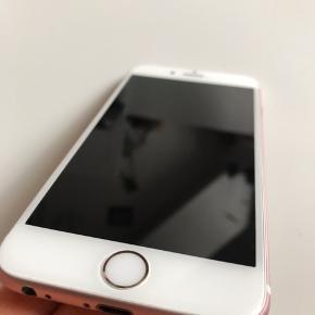 Iphone 6s 32GB, rose Gold. To år gammel men fejler ingenting. Har haft både panserglas og cover på, så der er ingen ridser eller flænger. Batteriet virker ganske fint og kan holde i et par dage. Har den originaleæske men der følger ikke oplader eller Ear pods med.  Køber betaler fragt, og ellers kan den afhentes i Aalborg C.