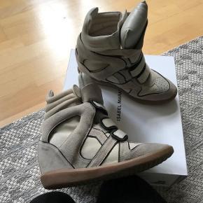 Varetype: Wedge sneakers Farve: Beige/black  Isabel Marant  Wila wedge sneaker Suede beige/black details  Comes in dust bags and original box.  Sends with DAO for 38 kr