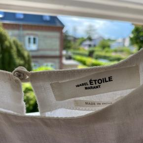 Smukkeste Isabel Marant Étoile kjole. Kun brugt én gang som konfirmationskjole, så den fremstår som ny🥰 Fransk str. 38, svarer til 36/Small Byd endelig! Kan afhentes i Charlottenlund Se også mine andre annoncer!