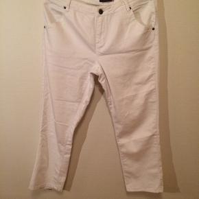 Et par hvide jeans og en ærmeløs bluse fra Jessica. Beløbet går udelukkende til indkøb af ris til familier med børn i Kombo South i Gambia. Vi forestår selv indkøb og distribution senere på året. Prisen er for begge.