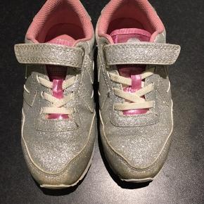 Smarte Hummel sneakers med glimmer. Brugt få gange. Desværre købt for små. Ganske lidt slid på snuden.  Afh i 6710