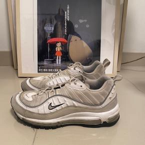 Sælger disse fede Nike 98 i beige. De trænger til at blive vasket men fremstår i super god stand. De er størrelse 41, men fitter en normal størrelse 40 efter min mening.