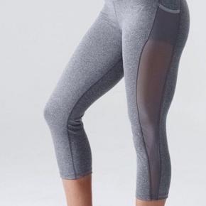 """Gymshark tights 3/4 lange, med lommer og """"see-through"""" net langs benet."""