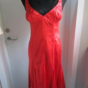 Varetype: Ny silke kjole Farve: rød Oprindelig købspris: 2900 kr.  Super hot silkekjole i den lækreste kvalitet med en smule stræk i stoffet . Størrelsen er en italiensk 44. Svarer til dansk 40,men den ser ikke ret stor ud, så tjek mål. Den måler 90cm i brystvidde, taljevidde 72cm, Hofte 88, Længde 100cm. Porto sendt som pakke uden omdeling med DAO.