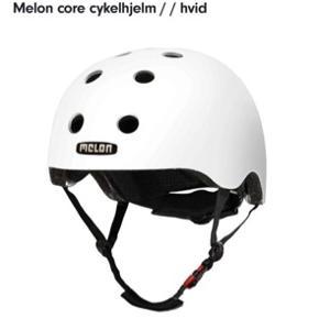 Mat hvid cykelhjelm i mærket Melon Core, str M 52-58 cm. Jeg har fået 2 i fødselsdagsgave og derfor sælger jeg den ene :)