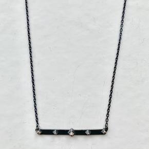 1 x Maria Black Meena necklace i oxideret Sterling sølv. Længden kan justeres, og kan måle 40cm og 42cm.   Jeg bytter ikke.