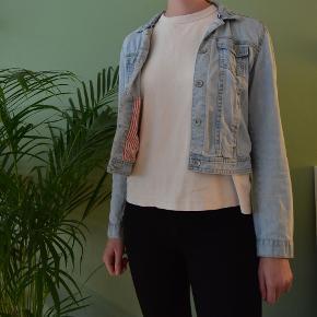 Let denimjakke fra Zara, brugt få gange. Røde/hvide striber foer i jakken. Jeg er 176 cm høj.