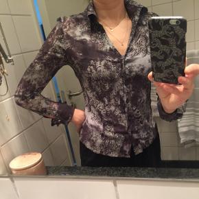 Festlig skjorte i sort/midnatsblå mønster med dæmpede sølvtråde, halvgennemsigtig, fine knapper ved manchetter - se billede