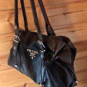 Ægte vintage Prada taske  - mørkebrun læder  - brugt et par gange men har ingen mærker  - meget rummelig taske med plads til mobil, pung, vandflaske og små ting