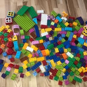 Der er 270 dele Lego  Nypris 1500kr Trænger lige til skyller da det er blevet lidt støvet. Sender ikke
