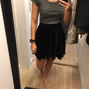 Jeg sælger denne velour nederdel i str xs. Den er gået lidt op i syningen (se billede)  • Kan hentes i Århus C  • Sendes med DAO - køber betaler • Tager imod MobilePay og kontant