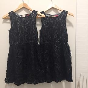 2 fine sorte fest kjoler i blød blonde med sølv underlag. De er begge str. 146. Prisen er for begge.