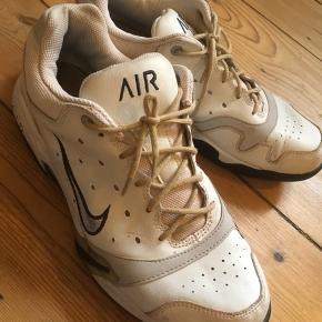 Gamle Nike sko. Kan måske bruges til festival til sommer  Afleverer dem til genbrug hvis de ikke bliver solgt hurtigt :-)