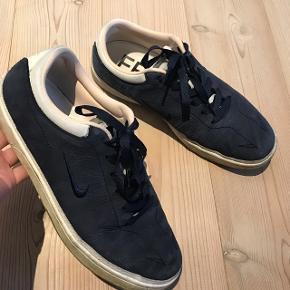 Rigtig flot Nike limiter edition sneak Standen er rigtig fin, det er blot kanten forneden der er snavset (ikke forsøgt vasket).  Str. 42,5 Farve: navy & hvide kanter