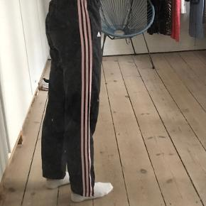 Sælger disse mega fede vi tage mørkeblå bukser med lyserøde striber!!