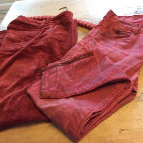 Marc o polo bukser velour-fløjl, str. 30-32  Farven, bordeaux. Bløde, facon slim. Pæne            ————————— Maison Scotch Bukser, med lynlås ved anklen. Str. 31-32 facon slim. Pæne. Begge par bukser er som nye.