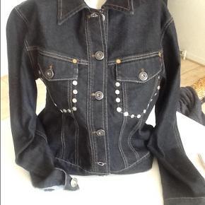 Sej jeansjakke , aldrig brugt.  Fra ærmegab til ærmegab måler den ca. 49 cm, forneden: 47 cm knappet. Længde cra skulder og ned:54 cm.  Har nederdel til...se anden annonce ,  Cowboyjakko Farve: Sort Oprindelig købspris: 1299 kr.