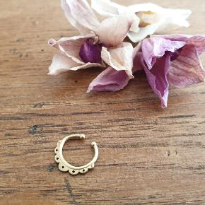 """Another """"fake it you make it"""" septum⚡⚡⚡ Bronze from Prigkipo (Greek jewelery designers) Tried it once, did not fancy it on me... so now its youuuuurz!!!"""