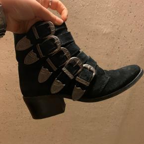 Super fin støvle, jeg har næsten ikke brugt dem, da de er lidt for store til mig.  Np 1199kr.