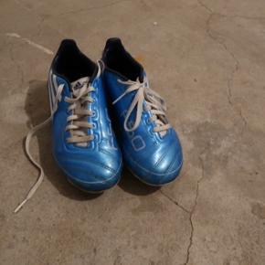 Adidas fodbold sko Brugt!  Con: 5/10  Str. 32 Np: 150   Kom endeligt med et bud!  Køberen betaler selv for fragt