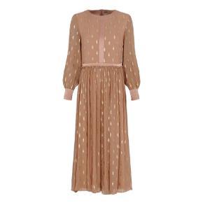 Den absolut smukkeste kjole fra GUSTAV. Meget flot stof som er i en smuk lys farve med guld og sølv trådemønster. Den har rund halsudskæring med satin bånd, lynlås i ryggen og flæser i taljen. Den har lange ærmer med høj manchet og er lavet i den skønneste silkekvalitet. SMUK SMUK kjole Helt ny og med mærke på endnu