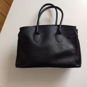 Sort lædertaske i perfekt stand.  Købt i Firenze og fremstillet i Italien. Lynlås-lukning (sølv) og forskellige indvendige rum. Nypris 850,-