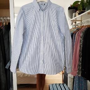 Lækker skjorte i Oxford stil. Fejler ikke noget, då den er for stor til mig. Jeg er en S og denne er 40/M