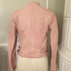 Imiteret lyserød læderjakke - Aldrig brugt 🌸