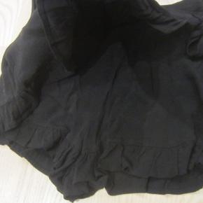 """STR. XS. Super flotte shorts i 100% viscose. Der er """"slå-om-effekt"""" således at de ligner en nederdel. Der er elastik i livet. De har kun været brugt et par gange, så ser ud som nye.  Porto: 37 kr. sendt som pakke uden omdeling med DAO.  Jeg har en masse tøj til salg til både baby, piger, drenge, mænd og kvinder i stort set alle størrelser. Jeg kan sende dig en mail med billeder, med den/de størrelser du ønsker, hvis du sender mig din mailadresse :-)"""
