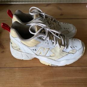 New balance 608 sneakers sælges, de er brugt meget minimalt og har ingen tydelige tegn på slid. Der følger ekstra originale gule snørebånd med🎀 kom endelig med et bud, da jeg bare skal af med dem!