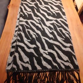 Dejlig stort fluffy halstørklæde, som sørger for at holde én varm i de kolde måneder.  Rigtig fin stand, brugt få gange.