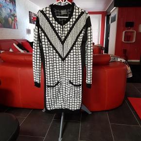 Brand: Nü by staff (Luxury) Varetype: Cardigan (200 kr) Farve: Sort/hvid  Flot cardigan fra Nü by staff, brugt få gange.