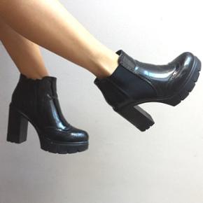 Virkelig flotte, skinnende sko med elastik i ydersiden og lynlås i indersiden. Mønster på snuden, i brogues stil. Jeg får dem desværre ikke brugt, og de er bedre tjent hos en køber, som vil gå i dem - men jeg overvejer stadig, om jeg sælger dem, netop fordi de er så flotte.