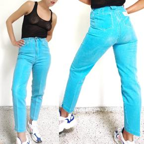 Helt nye men vintage bukser, aldrig brugt (købt som dead stock). Vil fitte en str. 36. Taljen måler 68 cm.