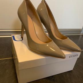 Flotte Guess stiletter i lak i str. 38, som jeg har købt på Zalando. Skoene er kun prøvet på, aldrig brugt, da de er for små. Der medfølger æske til skoene. Kommer fra ikke-ryger hjem.  Sender med DAO og bytter ikke 😊