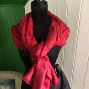 Original Louis Vuitton Monogram Schal in Kirsch.Masse:   140cm x 140cm 60% Seide und 40% Wolle. Dieser Schal wurde kaum getragen. Zustand wie neu. Er kann gerne abgeholt werden oder per Post zugeschickt mit Vorrauszahlung und Versand Übernahme.  Alle weiteren Schals auf dem letzten Bild, sind einzeln eingestellt.  Dieser Preis ist nicht verhandelbar.