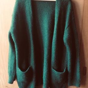 Oversize og varm i flot grøn farve. Er noget fnulret men ellers i helt fin stand. Ingen huller eller pletter