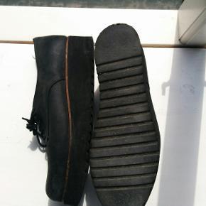 Elegante plateausko fra Shoe Biz. Meget behagelige at have på.Brugt få gange, men sælges nu, da jeg ikke får dem brugt.  Nypris: 800,-
