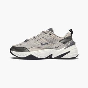 Nike M2K Tekno i grå.