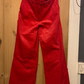 Røde velourbukser med brede ben.
