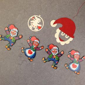 De sødeste juleophæng. 3 stk.  Julemand og nissemor - to af hver på ca. 130 cm lang snor. Højde ca. 12 cm.  Nissepige-kugle. Diameter ca. 8 cm.  Stiliseret julemand. Højde ca. 13 cm.  Har ikke været brugt.  Sælges samlet for 30 kr. + evt. porto.  Kan afhentes på Frederiksberg.