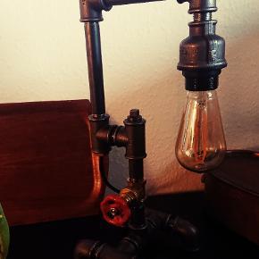 Rør lampe   pære medfølger  Ca 2 mtr sort stof ledning   pære: PHILIPS vintage led 250 lumen. (Normalpris 224,95,-) behageligt blødt lys.  Der kan komme  kobber el. Stål fatning på for 99 kr  Længde H = 44 cm. Dybde D = 19 cm. Bredde B = 16 cm.  Forsendelse med DAO for 38,- Aflevering i Århus kan arrangeres Se andre lamper i profilen
