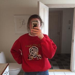Vintage sweater med broderet Looney Tunes logo. Lækker kvalitet, men tegn på slid. Den har to rifter for neden af trøjen og den er oversized, så kan sagten passe en str. L.