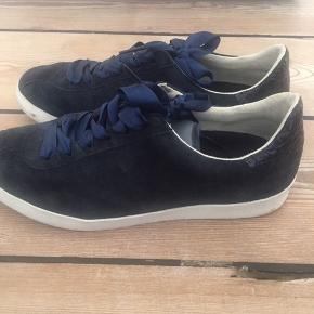 Sneakers fra Massimo Dutti i blå ruskind. Har læderdetalje på hælen og silke snørebånd.  Kun brugt få gange. Bytter ikke.
