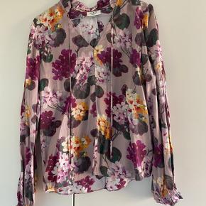 Sælger Day Birger et Mikkelsen skjorte. Aldrig brugt, da den er lidt for lille til mig.
